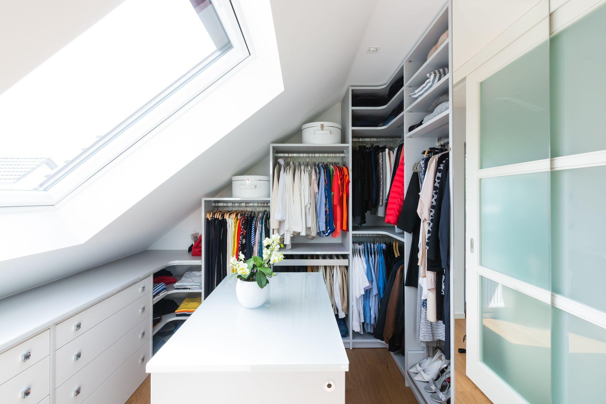 Ein begehbarer Kleiderschrank trotz Schräge - wie das funktionieren kann, seht ihr hier.