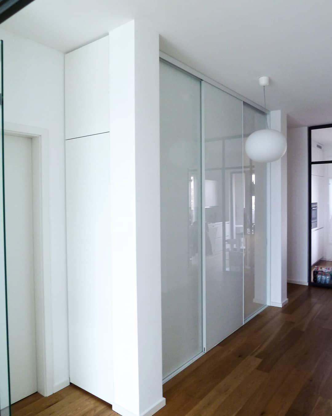 Weißer Einbauschrank nach Maß mit Glastüren von CABINET.