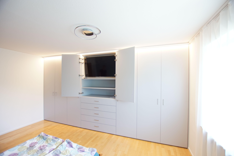 Die perfekte Möglichkeit, um den Fernseher im Schlafzimmer zu verstecken - in einem maßgefertigten Kleiderschrank von CABINET.